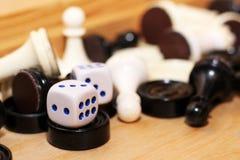 Un blanco de los pares de dados y del ajedrez Fotografía de archivo libre de regalías