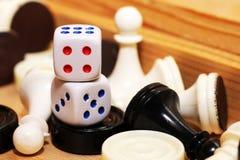 Un blanco de los pares de dados y del ajedrez Fotografía de archivo