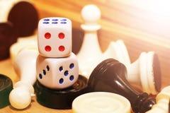 Un blanco de los pares de dados y del ajedrez Foto de archivo libre de regalías