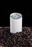 Un blanco puede con los granos de café Fotografía de archivo libre de regalías