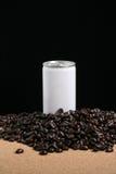 Un blanco pueden y los granos de café Imagenes de archivo