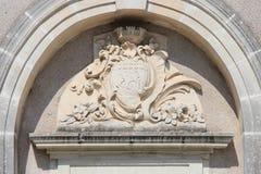 Un blasón esculpido y los motivos de la planta adornan la fachada de un edificio (Francia) Foto de archivo