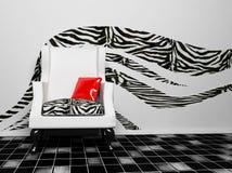 Un blask e una poltrona bianca con un cuscino rosso Fotografia Stock