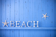 Fond en bois bleu d'étoiles de mer de plage Photo stock