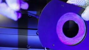Un bloc d'éclairage masculin examine un diagramme d'iris pour assurer un projecteur de profil clips vidéos