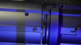 Un bloc d'éclairage masculin insère un diagramme d'iris dans un projecteur de profil et rétracte l'aileron banque de vidéos