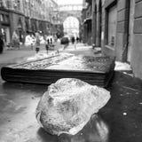 Un bloc de glace et une sculpture d'un livre au centre de Kyiv, Ukraine Images stock
