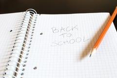 Un bloc-notes avec des places et un crayon Écrit sur la feuille, le p Photos stock