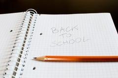 Un bloc-notes avec des places et un crayon Écrit sur la feuille, le p Photographie stock