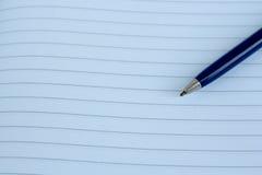Un bloc-notes et un vieux stylo-plume fashoned Images stock
