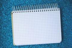 Un bloc-notes vide sur la surface brillante image libre de droits