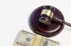 Un blocchetto di Gavel, mucchio di soldi Immagine Stock Libera da Diritti