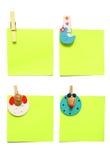 Un blocchetto per appunti di quattro colori con le clip su bianco Immagini Stock Libere da Diritti