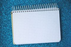 Un blocco note in bianco sulla superficie brillante immagine stock libera da diritti