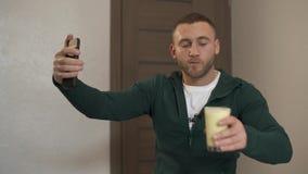 Un blogger cuesta un cóctel tirándose en el vídeo almacen de metraje de vídeo