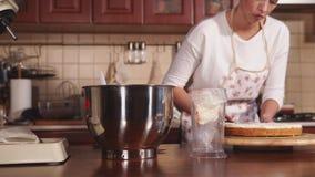 Un blogger culinario joven prepara una torta, la crema del dulce de las manchas de la señora almacen de video