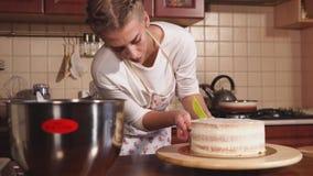 Un blogger culinario prepara una torta en casa, la señora prepara un postre dulce metrajes