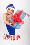 Un blonde atractivo con los pechos grandes que se colocan en un fondo blanco, a Imagen de archivo libre de regalías