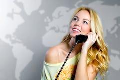 Un blonde con un teléfono imagen de archivo