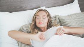 Un blonde dulce está durmiendo en una cama ligera Mañana anterior metrajes