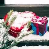 Un boîte-cadeau avec la boîte en forme de coeur rouge de bidon Images libres de droits
