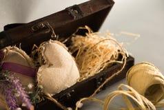 Un boîte-cadeau en bois avec des coeurs de substance et des matériaux d'emballage Photographie stock libre de droits