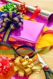 Un boîte-cadeau sur le papier d'emballage cadeau image stock