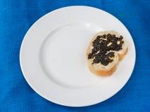 Un bocadillo con el caviar negro Fotos de archivo libres de regalías