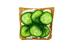 Un bocadillo con las doncellas y el queso en un fondo blanco aislado imagenes de archivo