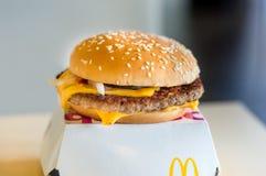 Un bocadillo del queso de la estafa del ` s Cuarto de Libra de McDonald en español el ` s de Mcdonald imagen de archivo
