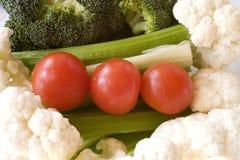 Un bocado sano: Coliflor, bróculi, tomates, y apio Fotos de archivo