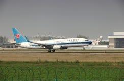 Un Boeing 737 che atterra sulla pista Immagine Stock