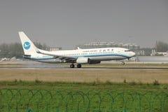 Un Boeing 737 che atterra sulla pista Fotografie Stock