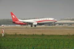 Un Boeing 737 che atterra sulla pista Immagini Stock