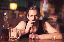 Un boire régulier d'alcool Intoxiqué d'alcool avec la boisson courte d'alcool Homme alcoolique buvant au compteur de barre Boisso photographie stock libre de droits