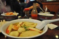 Un bol blanc de nouilles jaunes, temps de nourriture photographie stock libre de droits