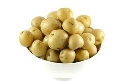 Un bol complètement de pommes de terre crues de bébé Images libres de droits