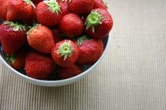Un bol de fraises Photographie stock libre de droits