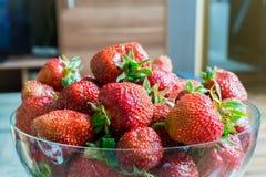 Un bol de fraises Photos stock