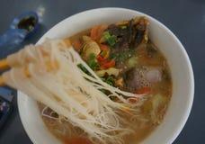 Un bol de la nouille principale de poissons délicieux photo stock