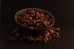 Un bol de noix sur le fond foncé Photo libre de droits