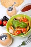 Un bol de pâtes méditerranéennes Photo stock