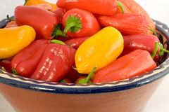 Un bol de poivrons doux colorés Image libre de droits