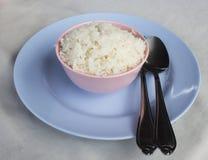 Un bol de riz sur la table Images libres de droits