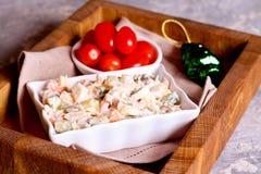 Un bol de salade de pomme de terre avec la rectification crémeuse de moutarde photo stock