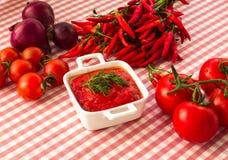 Un bol de sauce tomate Photographie stock