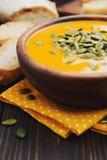 Un bol de soupe crémeuse faite maison à potiron Images libres de droits