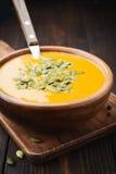 Un bol de soupe crémeuse faite maison à potiron Photos libres de droits