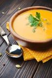 Un bol de soupe crémeuse faite maison à potiron Photo stock