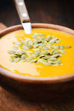 Un bol de soupe crémeuse faite maison à potiron Photographie stock libre de droits